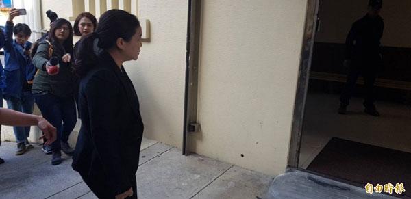检察官至板桥殡仪馆进行邓女遗体解剖。