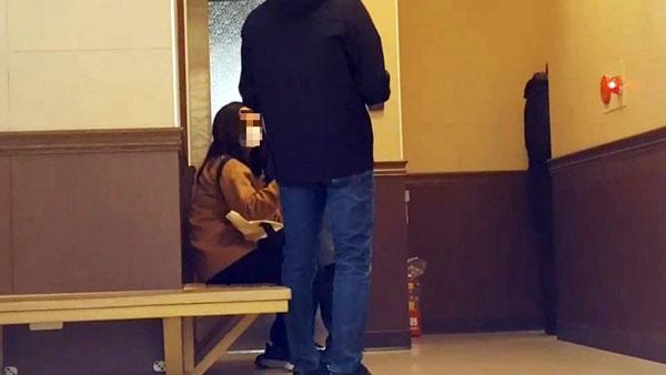 邓永恩的阿姨瘫坐在解剖室外等候。