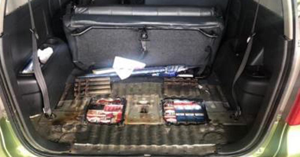 漏税香烟被藏在改装过的轿车内。(取自面子书)