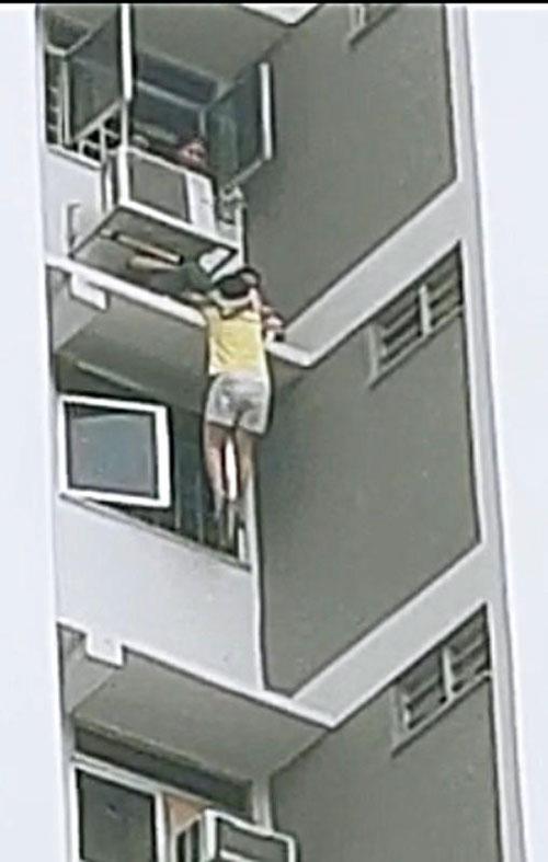 悬吊半空中。