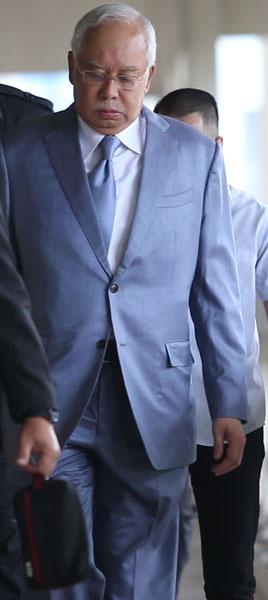 纳吉抵达法庭时从容出庭面审。
