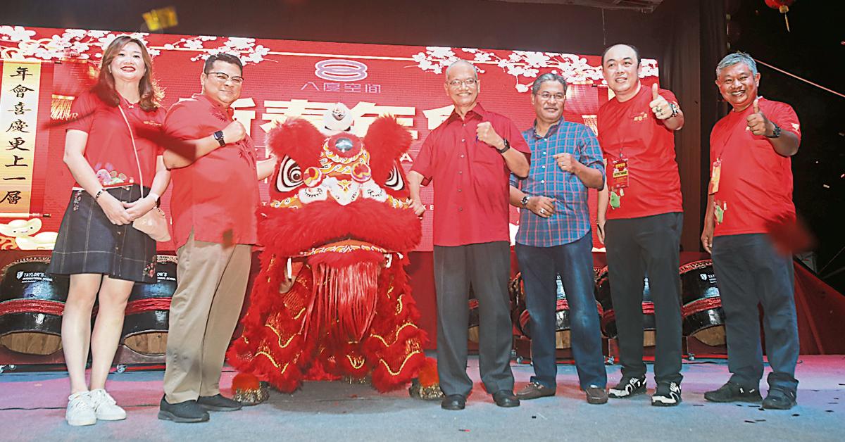 """各嘉宾进行舞狮点睛仪式,以示2020年""""新春年会""""市集正式启动。李緧颐(左起)、陈鸿明、沙拉鲁丁沙列、万阿末乌兹、曾得峼及苏戈阿都马南。"""