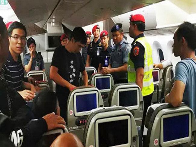 机上乘客被勒令下机接受搜身。