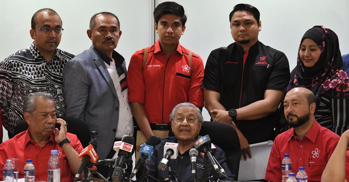 马哈迪(前排中)主持土团党最高理事会会议后召开记者会,左起为慕尤丁及慕克里兹。