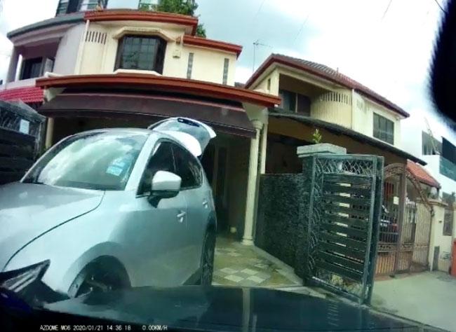 匪徒开车撞开屋主的车后,从旁边逃走。