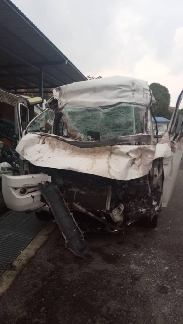 肇祸的旅游客货车车头全毁,警方完成调查后,将该客货车送往沙登警区。