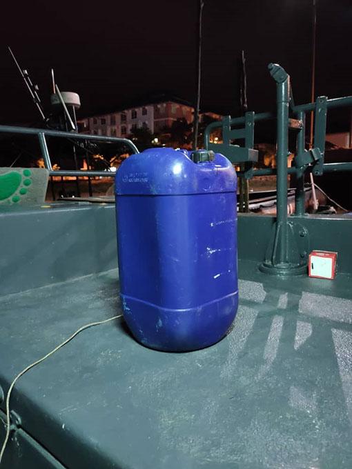 这个蓝色大桶,间接救了渔夫一命。