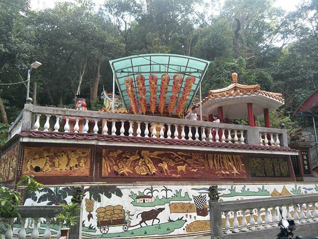台北市内湖安泰街土地公庙旁发生三尸命案。