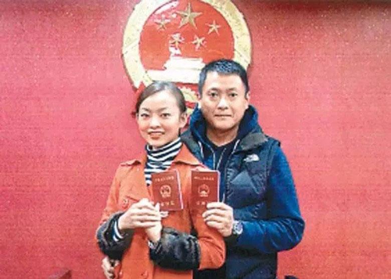 魏骏杰与张利华2010年在中国领证结婚。