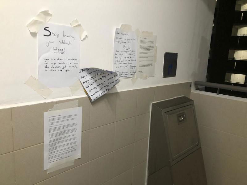 """掀起""""笔战""""一周后,垃圾槽墙上多了两家人的""""书信往来""""。(受访者提供)"""