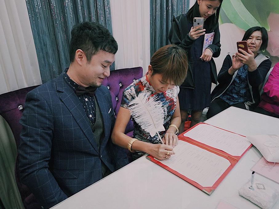 陈慧恬与李嘉华在亲友的见证下注册成为夫妻。
