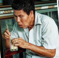 智力障碍的儿子亲自把牛奶吹凉才给母亲饮用。
