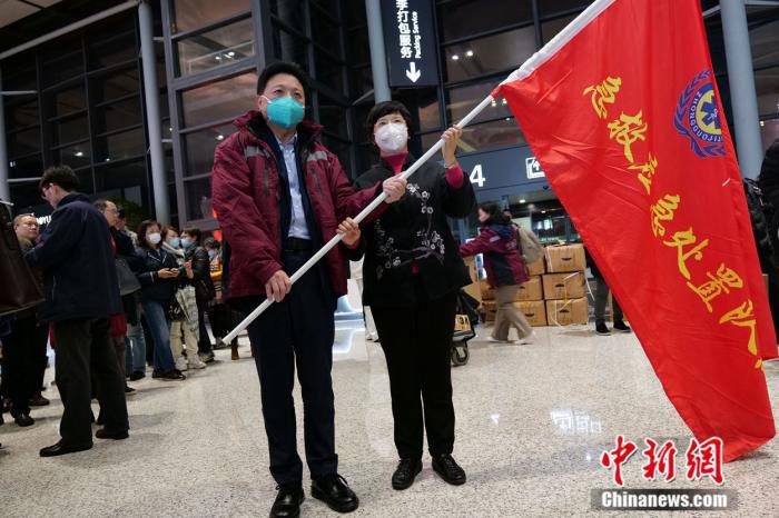 来自上海52家医院的136名医护人员集结成为医疗队。(中新网)