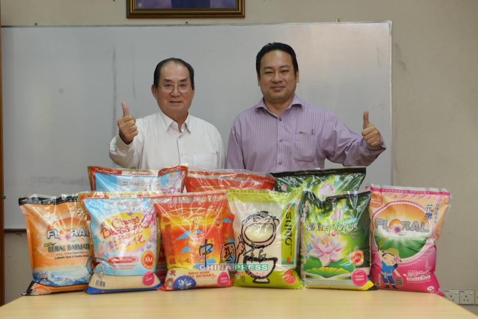 """(左起)福裕贸易董事经理邱瑞福和董事邱德盛指出,现在市面上出售的""""泰国龙珠超级香米""""是来自泰国北部的高品质上等香米,而且是一年一造的新米。此外,来自台湾的""""花乐台湾蓬莱米""""和来自印度的""""花乐Beras Basmathi""""等,同样是高品质进口米。"""