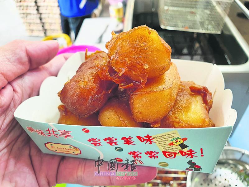 广东顺德的传统甜点脆皮炸鲜奶,金黄的脆皮炸鲜奶,外表酥脆,里面爽嫩,吃起来有淡淡的奶香味,实在让人回味无穷。