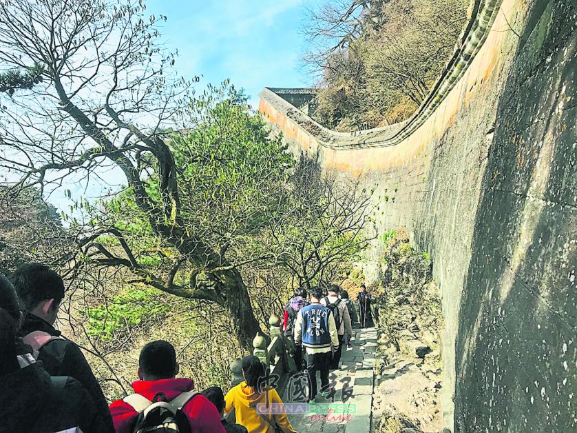 武当山紫金城的石墙垣依山势而建,符合道家的天人合一之思想。