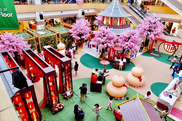 双威广场在大厅中打造一个景色迷人的粉红桃花园。