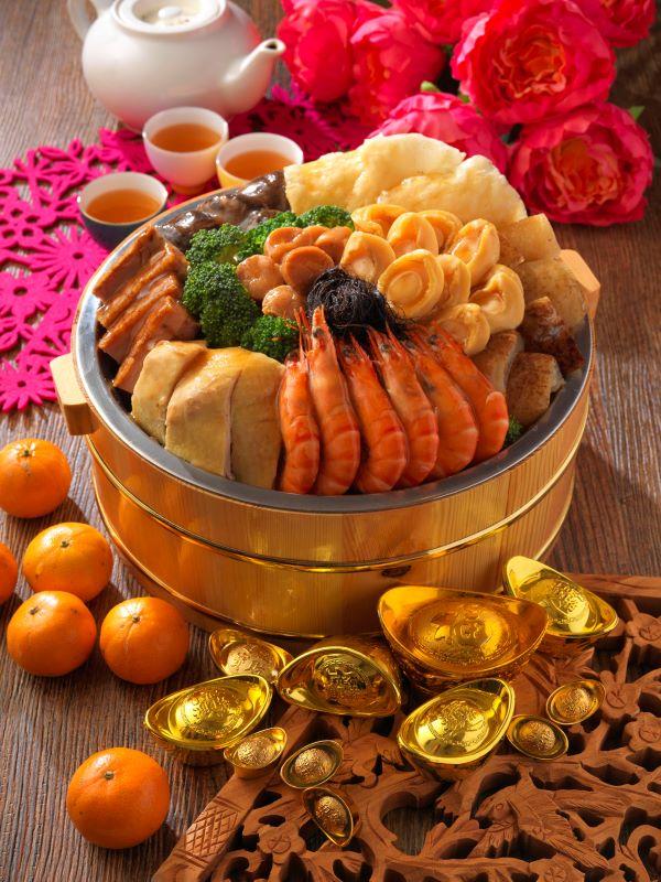 天河餐馆的新春幸运鲍鱼盆菜。