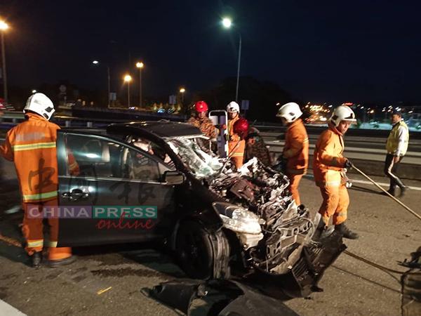 猛烈撞击力导致轿车车首严重撞毁。