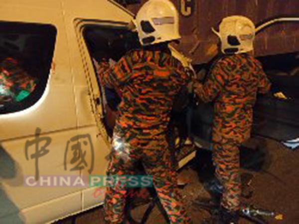 消拯员正试图把夹毙司机座位的死者移出。