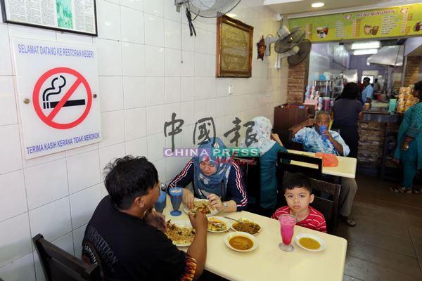 卫生部规定禁烟告示牌必须张贴在食肆内的显眼处,让顾客一目了然。