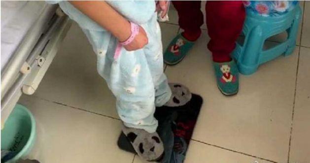 吴花燕在医院量体重,只有21.4公斤。