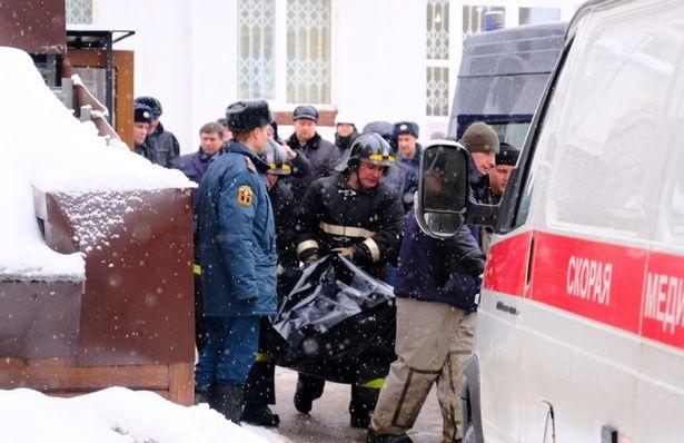 警察抬运尸体。
