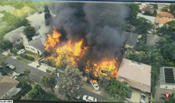 熊熊烈火将该房屋燃烧后,还蔓延到附近四处房屋。