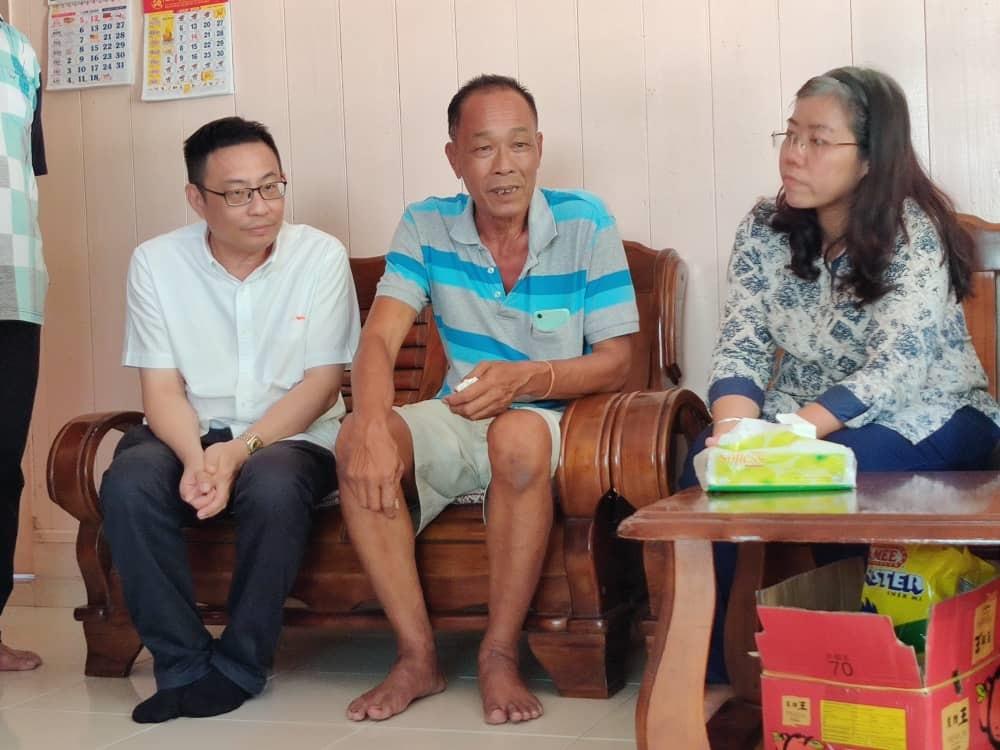 梁卓经(左)和黄渼澐(右)向邓锡发了解在台湾处理后事的情况。