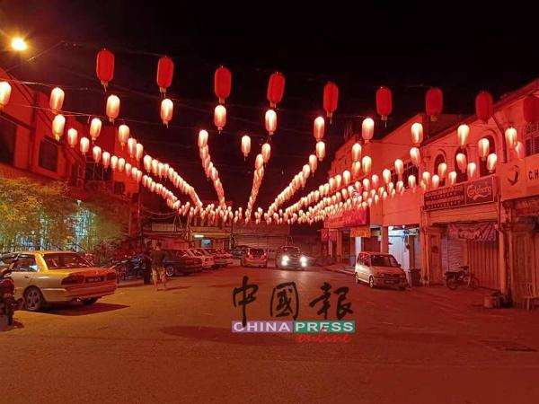 夜里的知知港一片红彤彤,散发浓烈新年气氛。