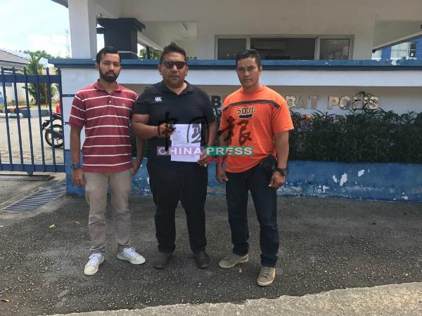 祖阿马里胡申(中)与党员一起到芙蓉新城警区报案,要求警方针对森迪威鲁在面子书上分享辱骂印度籍伊斯兰传教士查基尔纳益的帖文彻查。