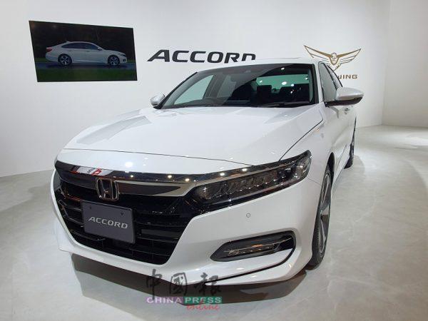 ■前大灯组以晶式LED灯组,前脸也和上一代本田Accord呈现不同风貌。