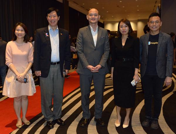 叶志超(右)在活动上与国际贸易及工业部副部长王建民(中)合影。右2为叶欣向。