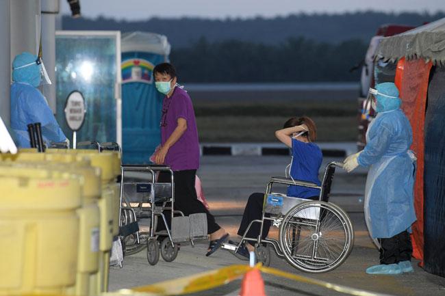3多名乘客戴上口罩,准备接受检查。