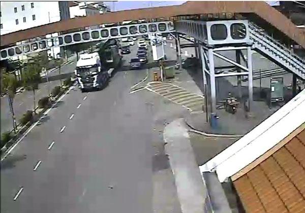 根据闭路电视,罗厘运载的打桩机还没勾到天桥前一幕。