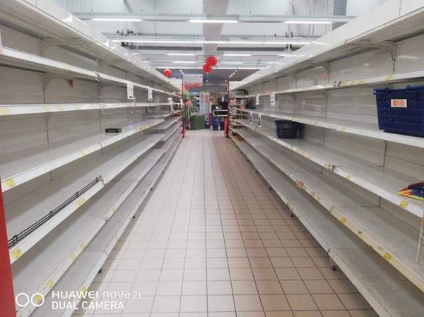 网传购物商场遭人扫光货物,实际是商场正进行重新调整货物排列工作。