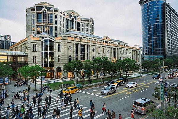 台湾下修今年的经济成长预测;图为台北信义区宝丽广场外的街道。