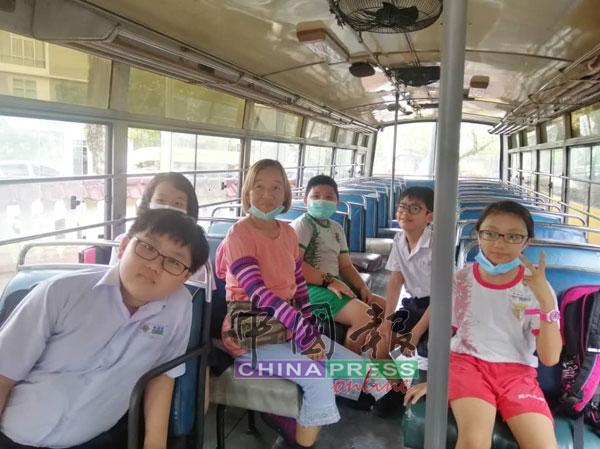 其中一辆学巴只接到5名就读上午班的学生放学。