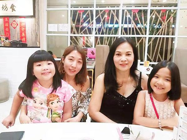 大马陪月嫂李凤仙(右2)过去在新加坡陪月后,当年的婴儿多年后长大,母亲带他们与她见面,犹如一家人。