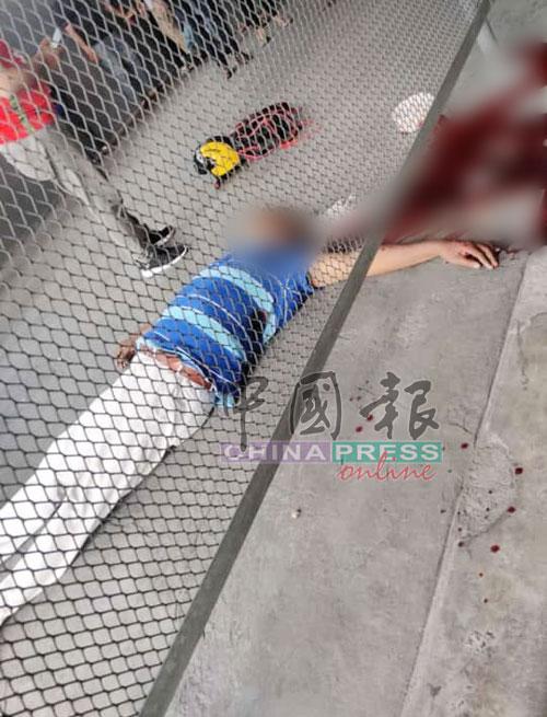 死者倒地毙命后血流满地。