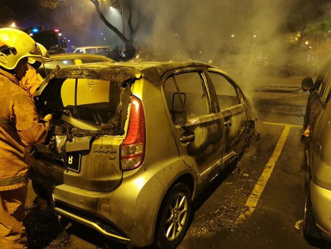 4辆轿车被烧毁程度不等。
