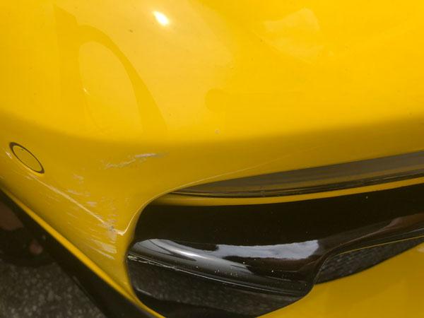 保时捷跑车的右前侧被德士擦撞,留下刮痕。(受访者提供)