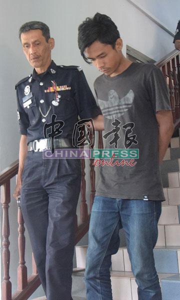 莫哈末艾迪尔(右)否认强奸罪,被押出法庭时,全程低头。