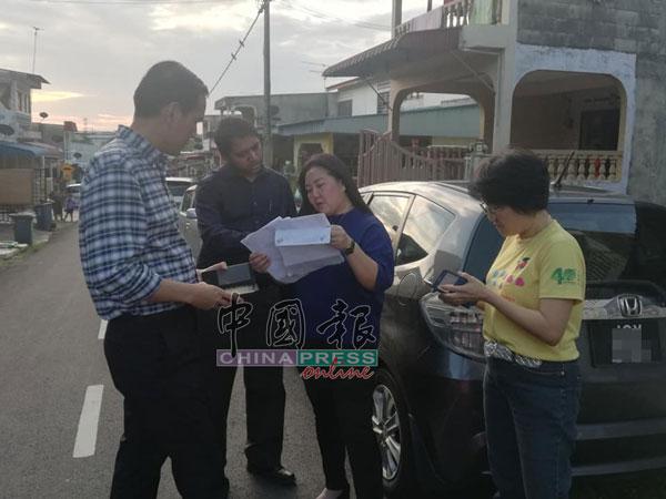 周忠信(左)到现场了解情况,也马上通知福利局和警方前往现场给予援助。