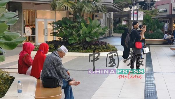 人们对于肺炎的担忧减弱,聚集在商城拍照和休闲。