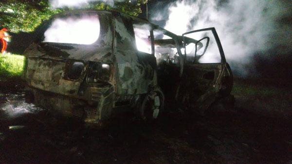 休旅车已被烧得毁坏不堪。