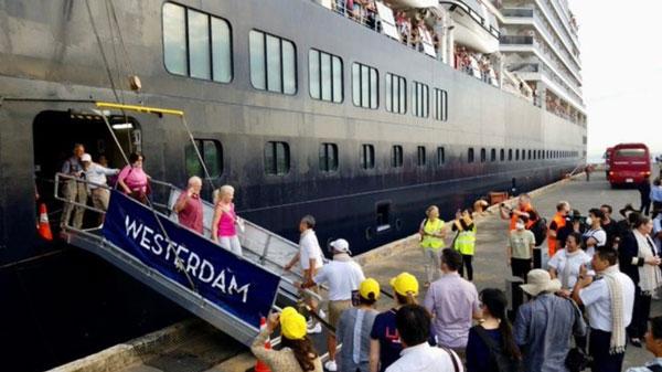 """""""威士特丹号""""邮轮的乘客走出邮轮。"""