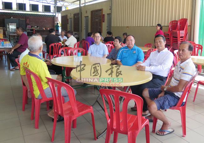 陈嘉伟(左起)和李梅、刘万吉、彭志强及多位同德慰问黄胜在(右)。