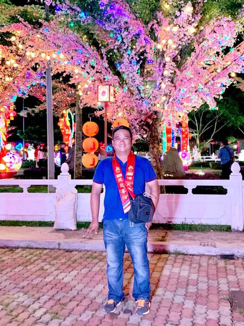 黄勇达新年前到东禅寺参与亮灯仪式时,开心的以灯饰为背景拍照。