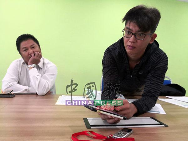 颜志盛(右)播放手机录音内容,辩称自己没有欺骗李小姐。